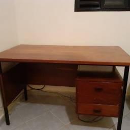 Vendo uma escrivaninha de madeira em ótimo estado!