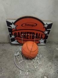 Cesta de basquete com bola