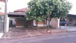 Aluga-se casa central em Assis - SP
