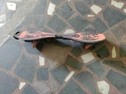 Título do anúncio: Skate com duas 2 rodas Board Rocking, em bom estado. E outros.