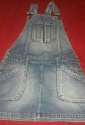 Jardineira jeans tamanho P