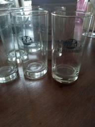 São 6 copos da marca de whisky old eight .