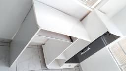 Escrivaninha escritório com armário de porta embutido na cor branco e preto