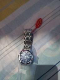 Relógio novo no plástico ainda
