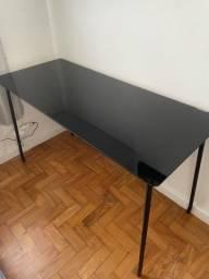 Mesa de escritório preta com vidro perto temperado