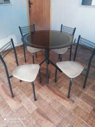 Vendo mesa de vidro super conservada com 4 cadeiras. Entrego.