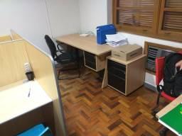 2 Mesas de escritório + gaveteiro + armário + 2 cadeiras