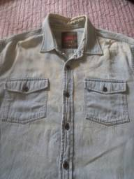 Camisa jeans manchado claro estilo bem desbotada.