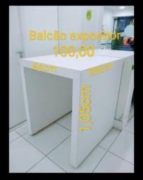 Balcão expositor com rodinhas R$100,00