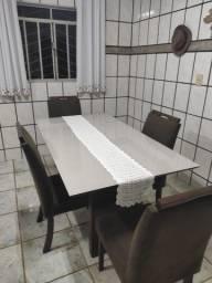 Mesa de vidro laqueado com 4 cadeiras.