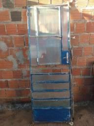 Porta de Ferro com Vidros no jeito de instalar.