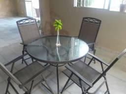 Mesa e cadeiras de jardim.