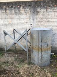 Tambor de ferro para armazenamento de óleo.
