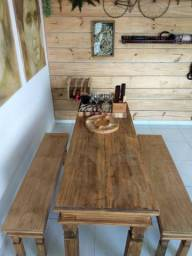 Mesa e bancos em madeira estilo demolição