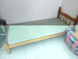 cama de madeira e colchão