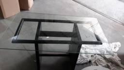 Vendo mesa de vidro com base madeira R$ 350,00