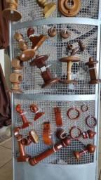 Ponteiras, argolas e suporte de madeira para varão de Cortinas.