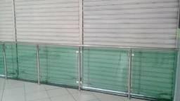 Vidros temperados, corre mão e colunas de inox