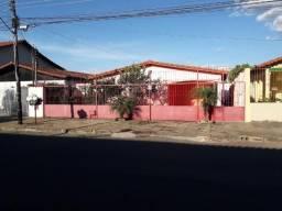 Casa 03 quartos, com 04 barracões, com renda!!! Vila São José
