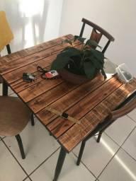 Mesa e aparador de madeira