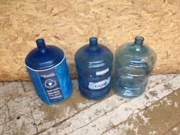 Galões de água usado