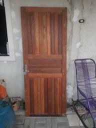 Porta de madeira com trinco e chave