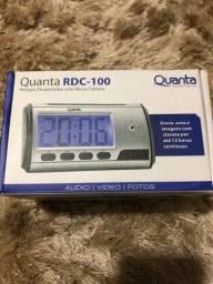 Relógio despertador com micro-câmera RDC-100. Grava por até 12 horas