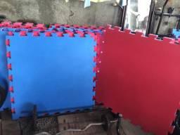 Tatames na cor vermelho e azul,espessura de 30 mm e 1x1. pouco uso,