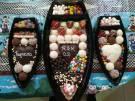 Barcas de doces, chocolates, frutas e bolos